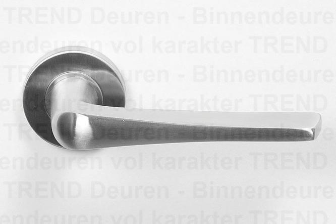 <h5>TREND 102</h5><p>RVS deurgarnituur type Trend 102 (special), vast gemonteerd op geveerd, stalen rozet. Afgewerkt met fraaie RVS klik rozet voor strakke look.</p>